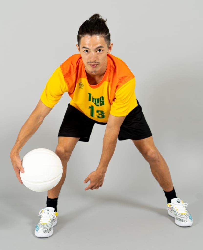 バスケットボール用シューティングシャツ画像 正面・男性モデル トレスバスケットボール