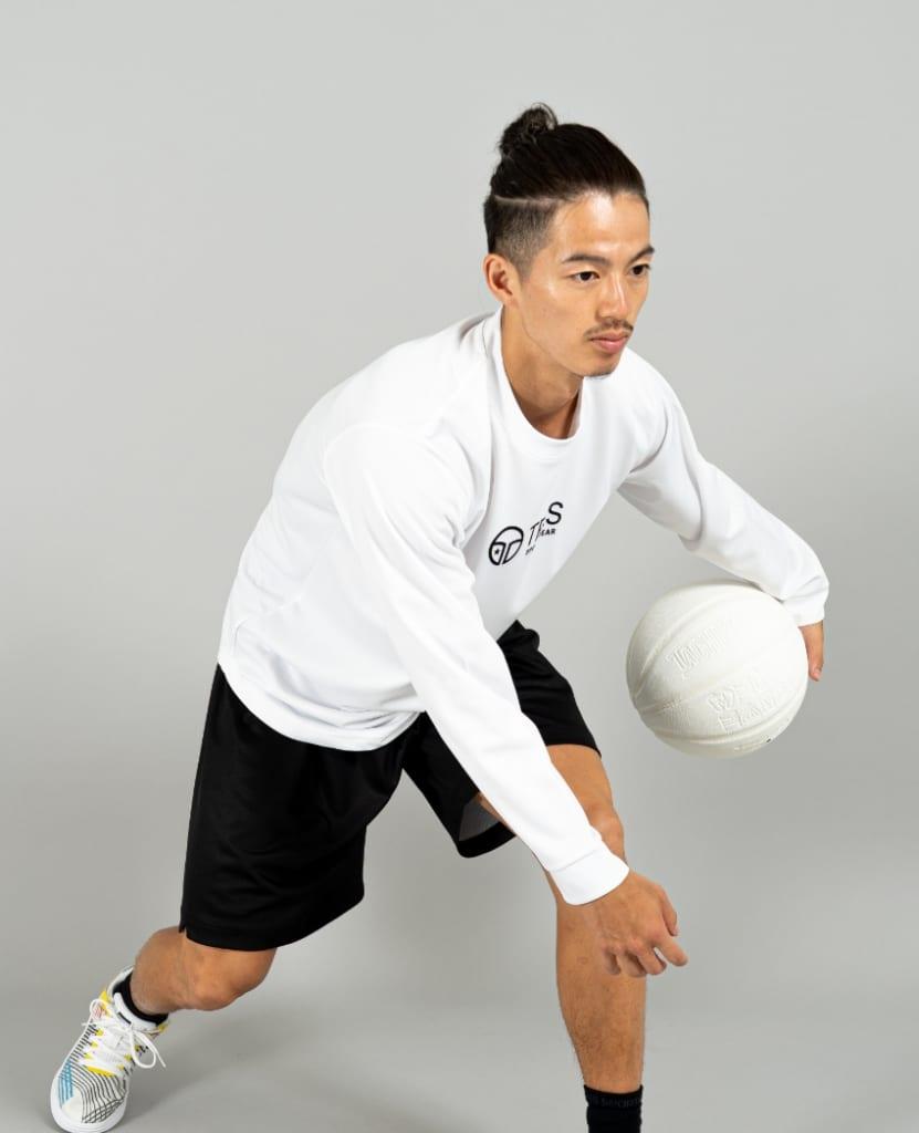 バスケットボール用イージードライシャツ ロンT画像 側面・男性モデル|トレスバスケットボール