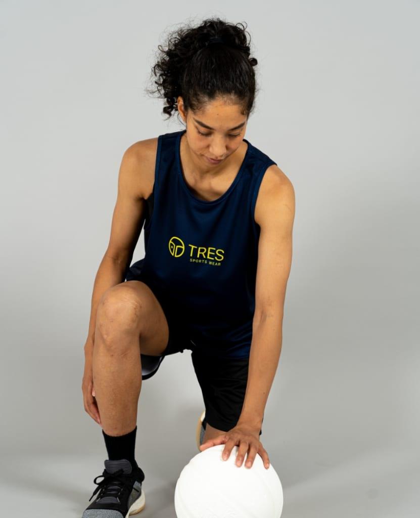 バスケットボール用イージードライシャツ タンクトップ画像 正面・女性モデル トレスバスケットボール