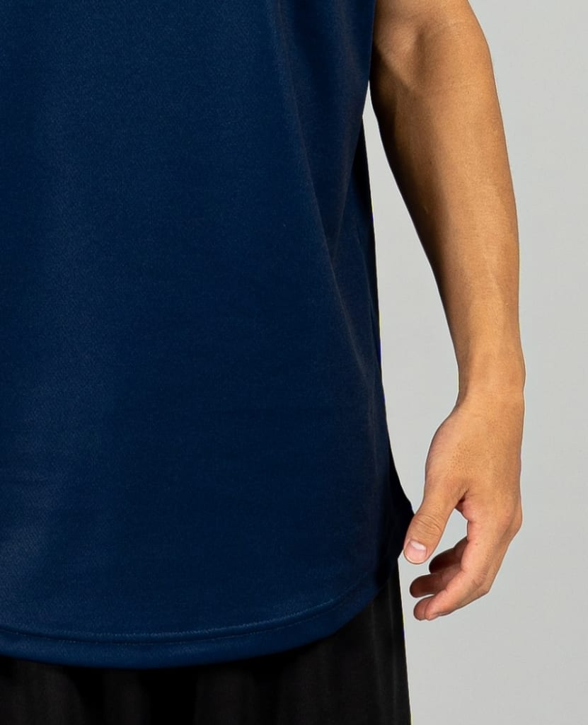 バスケットボール用イージードライシャツ タンクトップ画像 正面・男性モデル トレスバスケットボール