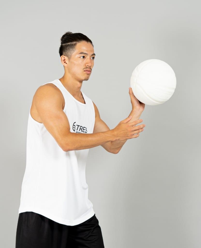 バスケットボール用イージードライシャツ タンクトップ画像 側面・男性モデル トレスバスケットボール