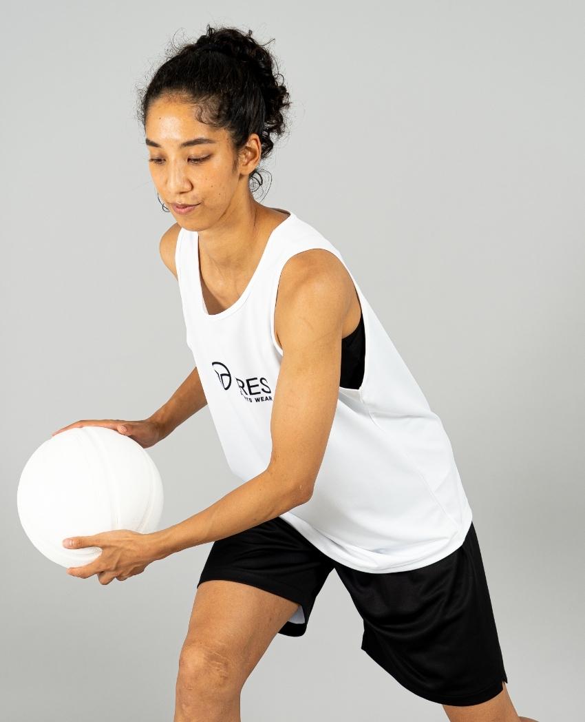 バスケットボール用イージードライシャツ タンクトップ画像 側面・女性モデル トレスバスケットボール